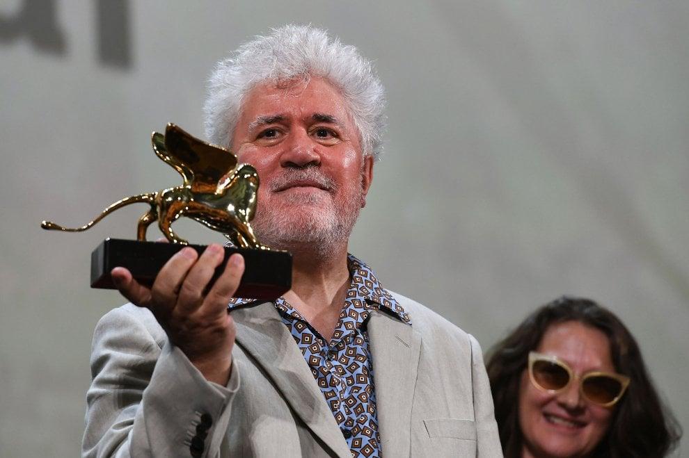 """Venezia 76, lacrime per Pedro Almodóvar che riceve il Leone d'oro alla carriera: """"Un atto di giustizia poetica"""""""