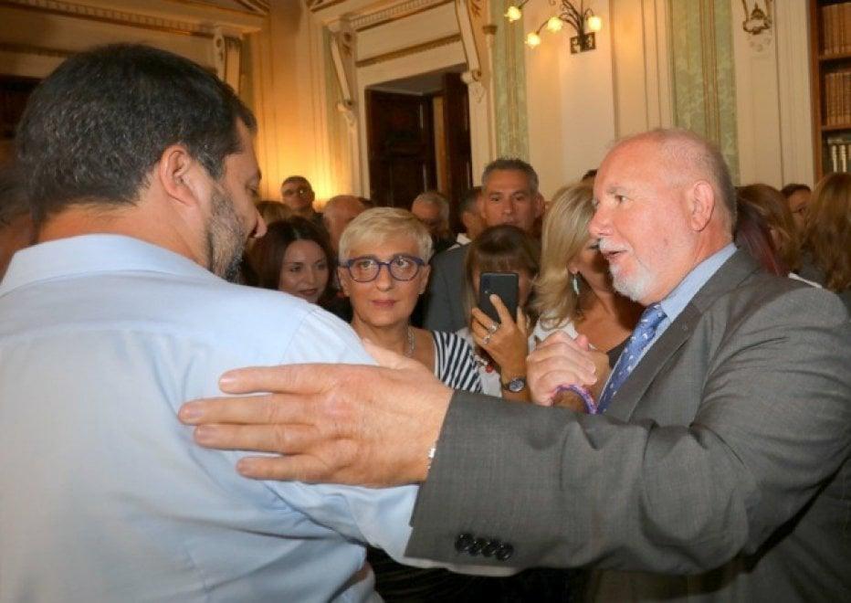 """Salvini, il commiato dal Viminale tra selfie e abbracci. """"Non è un addio. Molti poliziotti vogliono me"""""""