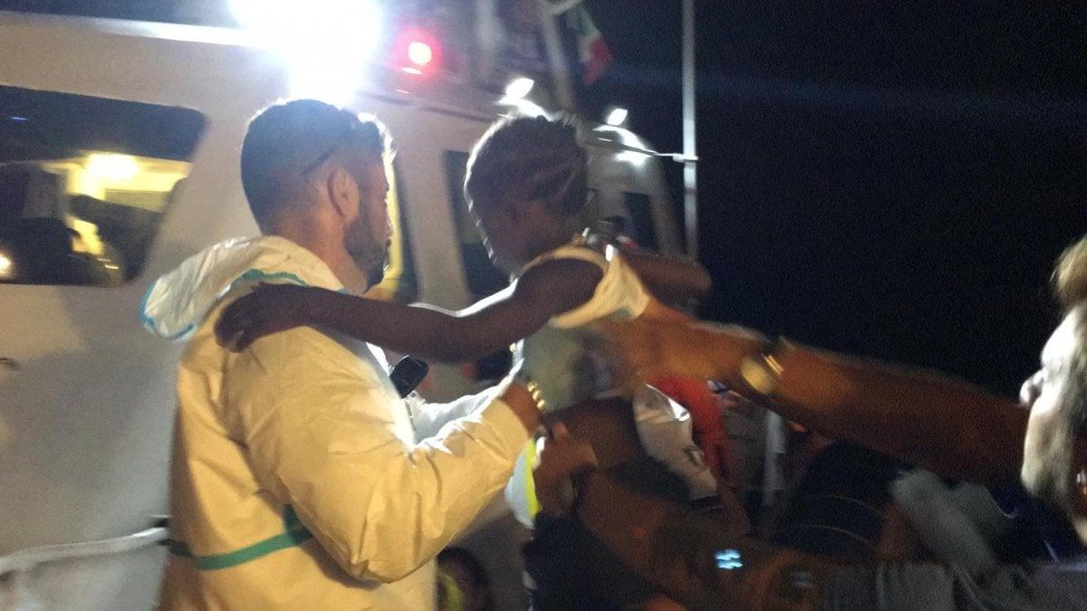Migranti, Mare Jonio: concluso lo sbarco per donne e bambini