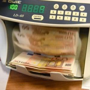 Stretta sui contanti, faro su chi versa e preleva più di 10 mila euro al mese