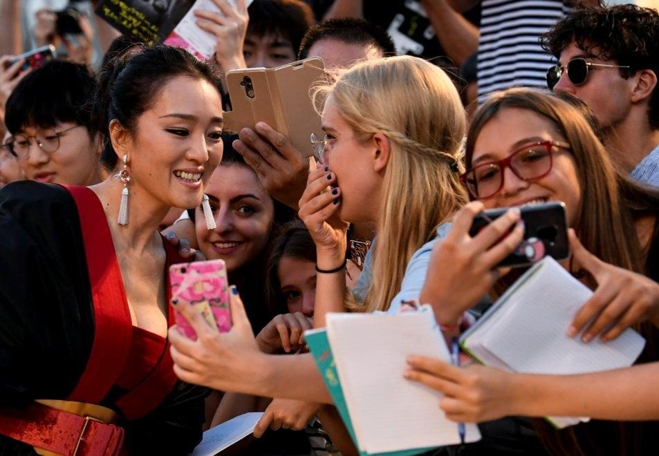 Venezia 76, Gong Li la spia, sul red carpet (bellissima) sfila per la più dark delle storie di spionaggio