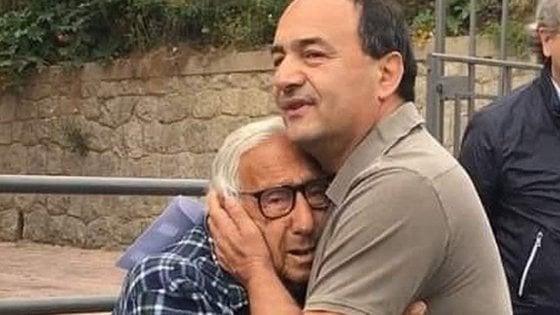 Mimmo Lucano torna a Riace e abbraccia il padre malato dopo la revoca del divieto di dimora