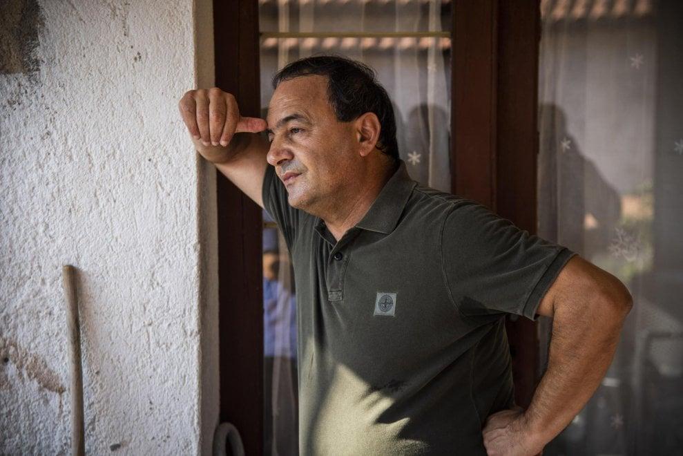 """L'esilio è finito: Mimmo Lucano torna a casa e riabbraccia il padre malato. E la """"sua"""" Riace abbraccia lui"""