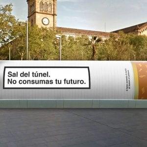 Tumore del polmone, metti una sigaretta gigante a Barcellona