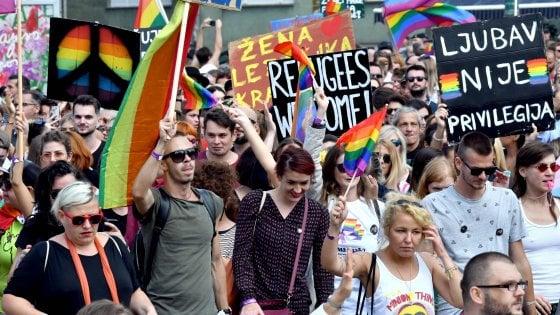 Bosnia, città blindata per primo Gay pride a Sarajevo: in corteo oltre duemila persone