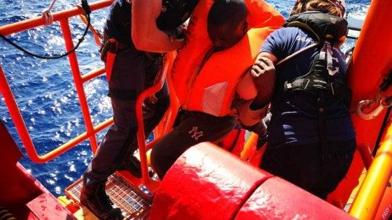 Migranti, primo banco di prova per il governo: la Ocean Viking soccorre 50 persone e chiede un porto sicuro