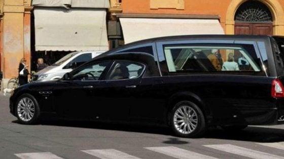 """""""Mi aspettano al funerale"""": carro funebre con bara 'fugge' dalla Polstrada, pattuglie costrette a inseguirlo"""