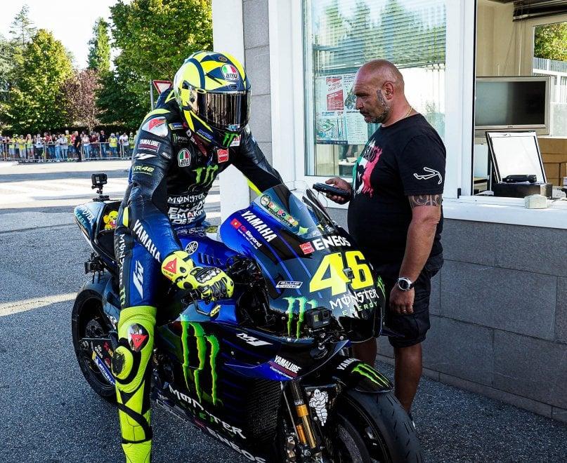 Ultima follia di Valentino Rossi: con la sua MotoGp in giro per strada