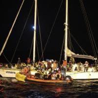 Migranti, la Ocean viking ancora in attesa di un porto