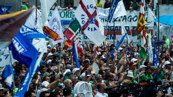 """Lega, al via il raduno di Pontida. Insulti al congresso dei giovani, """"Mattarella fa schifo"""""""