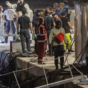 """Migranti, l'Ungheria attacca l'Italia: """"Pericoloso aver aperto i porti alla nave umanitaria"""". Di Maio: """"Sovranisti con i confini altrui"""""""