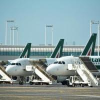 """Alitalia, allarme dei lavoratori  sulla crisi: """"Voli cancellati"""". L'azienda: """"Noi..."""
