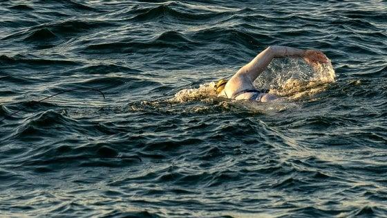 Nuoto, l'impresa di Sarah Thomas: quattro volte in fila la Manica: ''Dedicato ai sopravvissuti al cancro''
