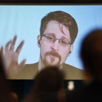 """Stati Uniti, causa civile contro Edward Snowden: """"Il nuovo libro viola accordi di non..."""
