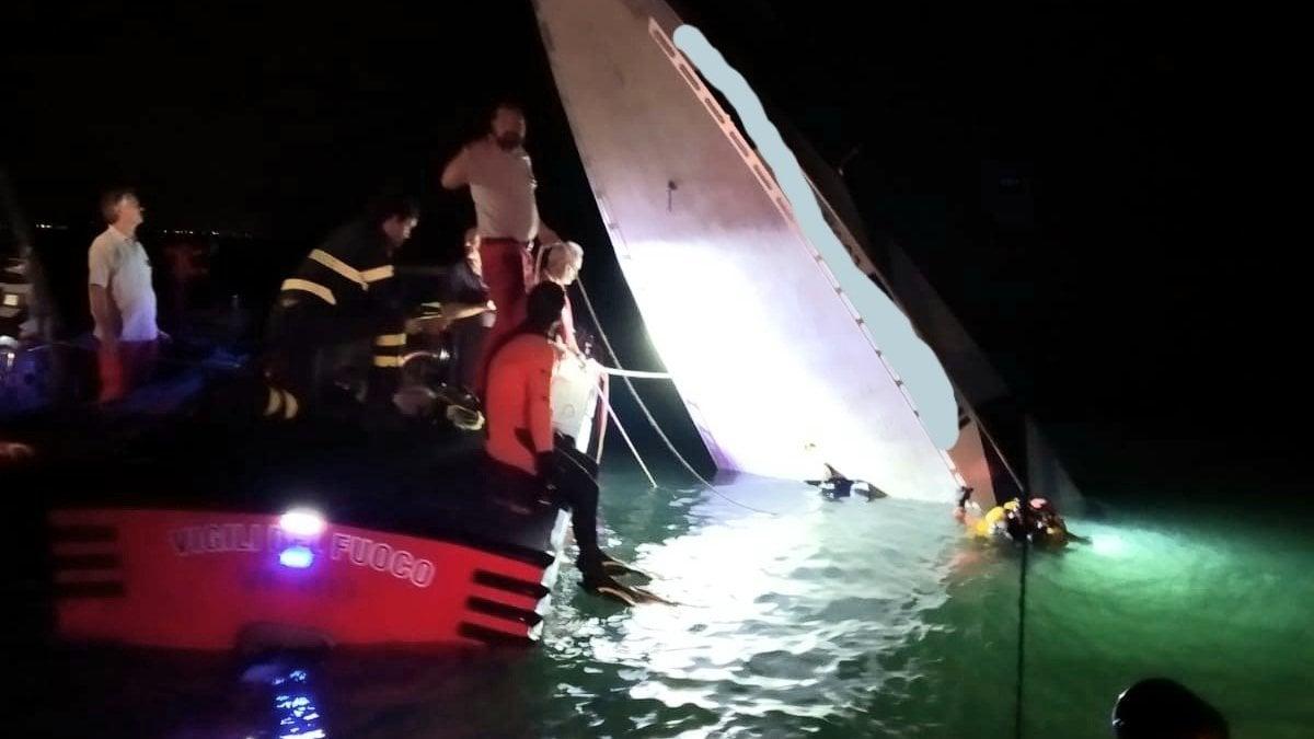 Venezia, barca contro la diga di San Nicolò: tre morti e un ferito. Tra le vittime il pilota Fabio Buzzi