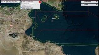 Ancora sbarchi a Lampedusa: in 108 entrano in porto su barcone, altri 73 salvati da Ocean Viking