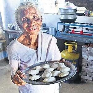 """India, le tortine di riso salato cucinate da """"Nonna idli"""" per migliaia di poveri"""