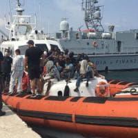 Migranti, nuovo sbarco a Lampedusa. Hotspot stracolmo, nell'isola è emergenza