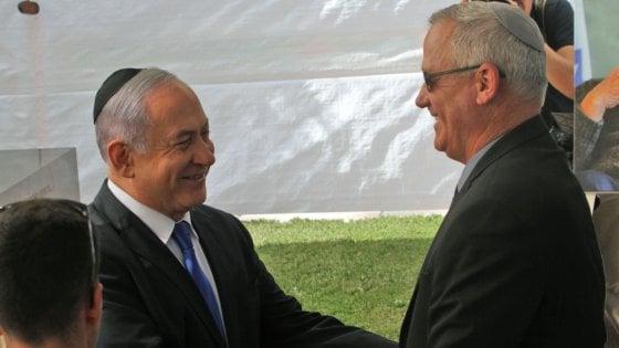 Israele, Netanyahu tende la mano a Gantz. Ma lui rifiuta