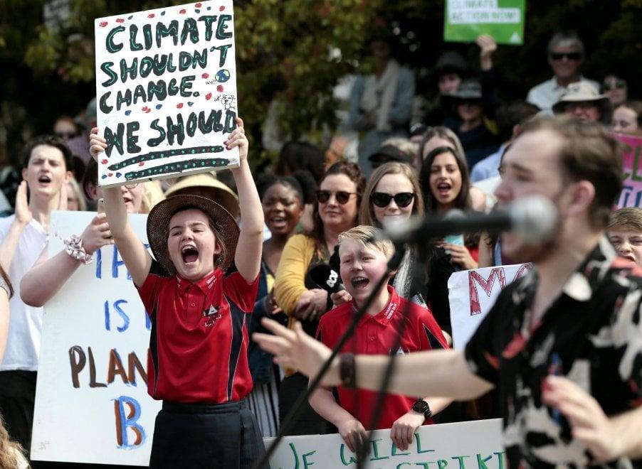 """""""Non è il clima a dover cambiare, ma noi"""". Dalla Tasmania a Berlino, al via lo sciopero globale"""