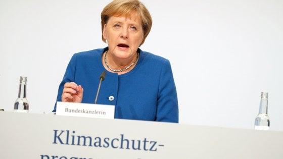 Clima, la Germania lancia un maxi-piano da 54 miliardi. Più tasse sugli aerei per finanziare gli sconti sul treno