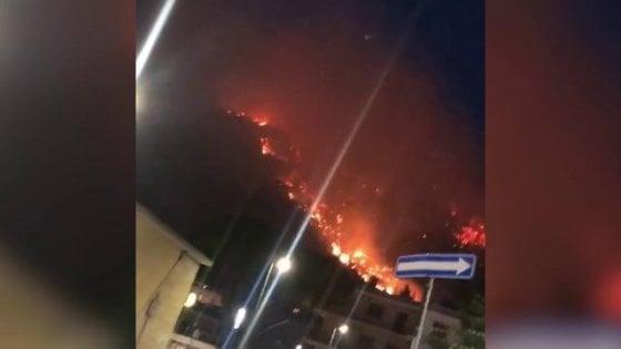 Sarno, incendio sul monte Saretto. Cittadini evacuati, scuole chiuse