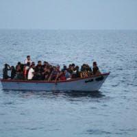 La Tunisia blocca cinque barchini con migranti subsahariani: è la nuova rotta dei...