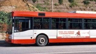 Autista del bus li rimprovera: otto ragazzi lo pestano a sangue