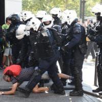 Francia, in marcia per il clima: scontri tra black bloc e polizia