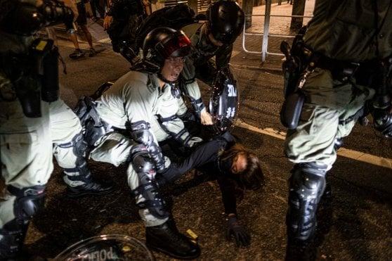Hong Kong, 16esima domenica di proteste: lacrimogeni e scontri. Arrestati due tredicenni