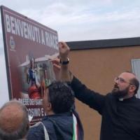 Riace non è più il paese dell'accoglienza: il neo sindaco fa rimuovere i cartelli