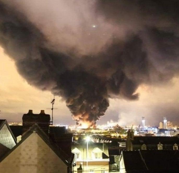 Francia, incendio in impianto chimico a Rouen: fumo visibile a chilometri di distanza
