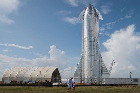 Elon Musk svela Starship, il super razzo che porterà gli uomini sulla Luna e su Marte