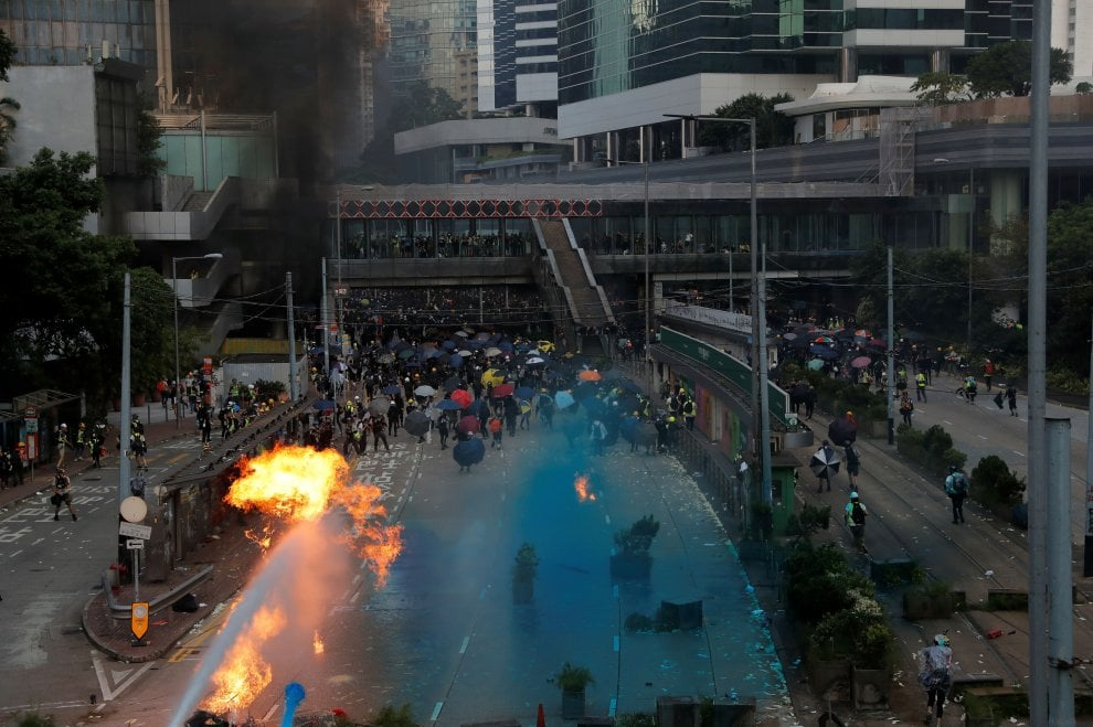 Hong Kong, migliaia in corteo: polizia risponde con idranti, lacrimogeni e spari