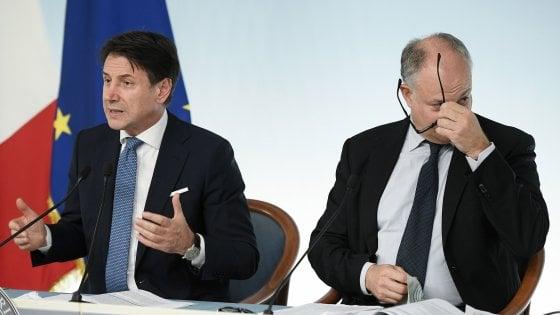 Giuseppe Conte e Roberto Gualtieri durante la conferenza stampa al termine del Consiglio dei Ministri a Palazzo Chigi