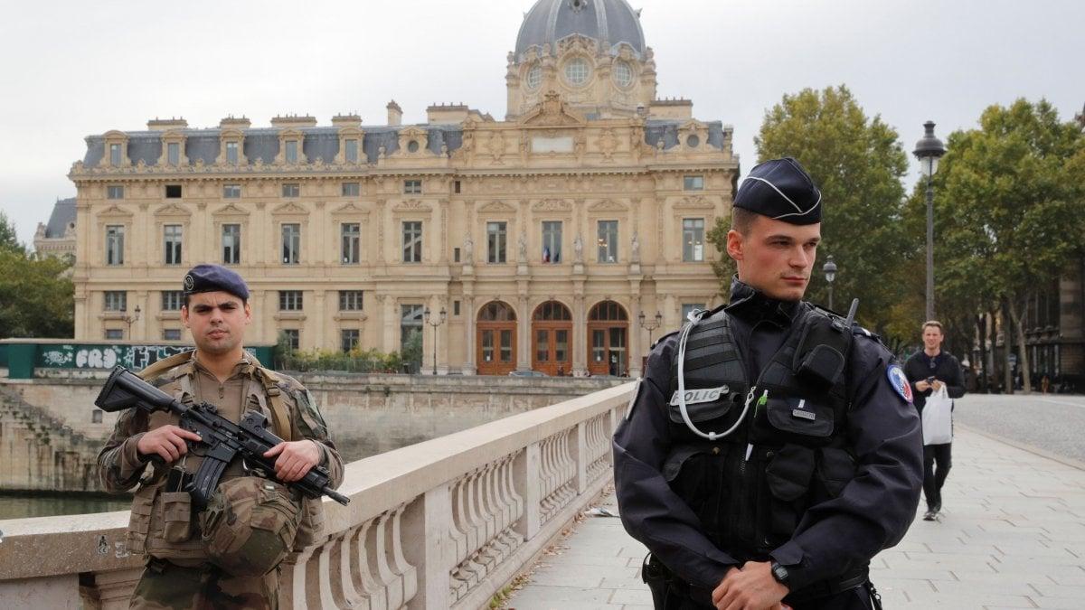Parigi, un funzionario della prefettura ferisce agenti: i morti sarebbero 5 compreso l'aggressore ucciso dalla polizia
