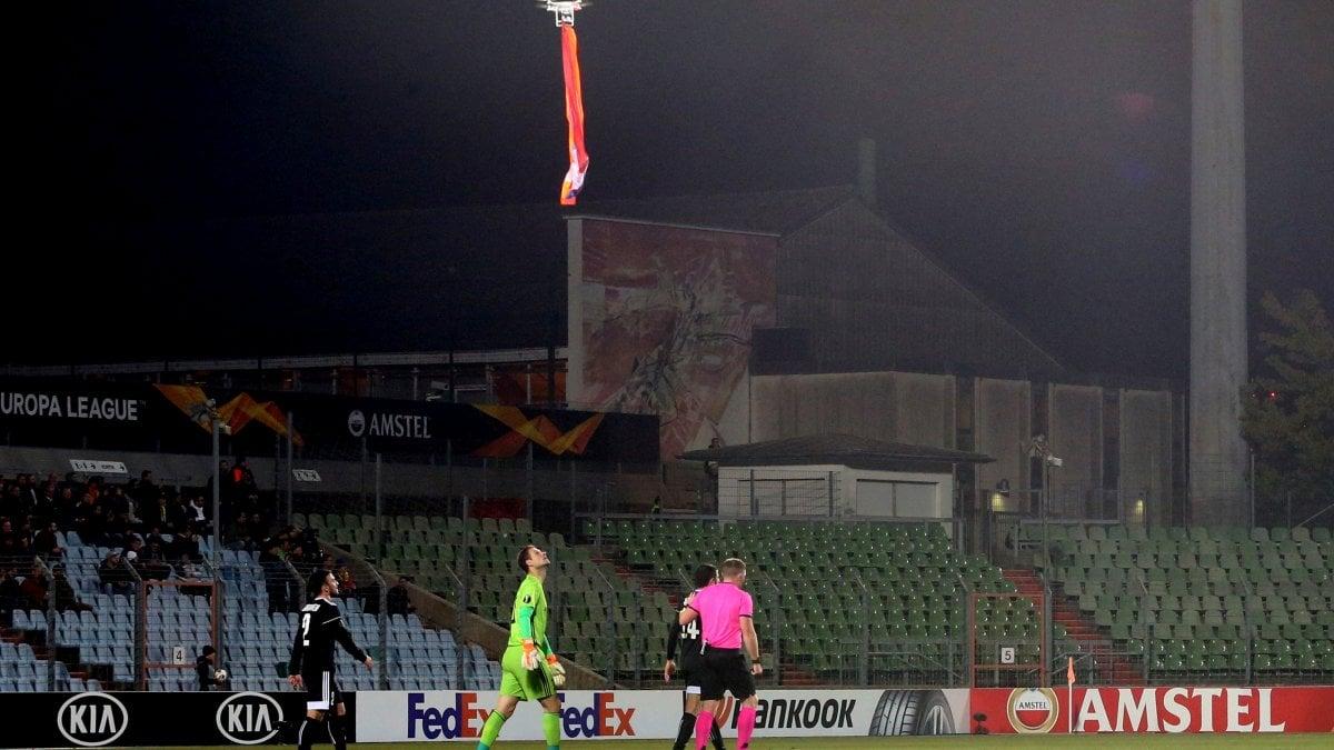 Europa League, drone con bandiera armena a partita squadra azera: l'arbitro sospende la gara