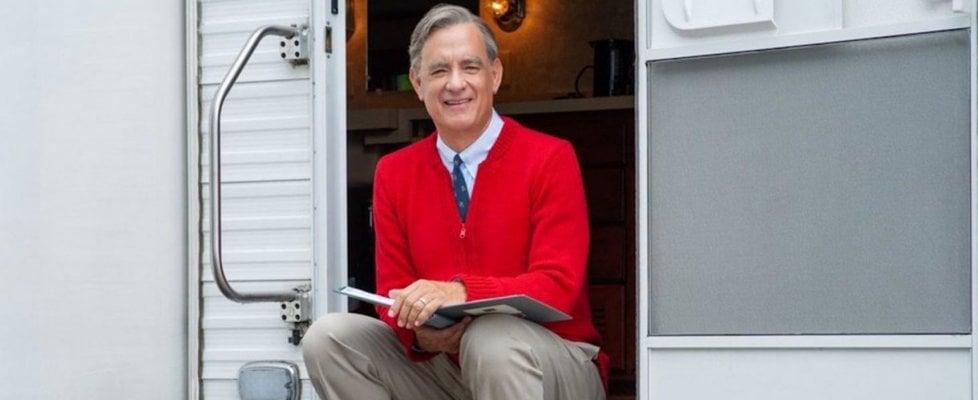 """Tom Hanks è  Mr. Rogers, il presentatore più amato negli Usa: """"Se oggi avesse uno show, lo mostrerei ai miei figli""""'"""