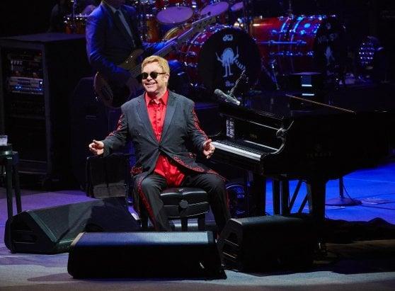 """Elton John nell'autobiografia: """"Dopo il tumore e l'infezione mi diedero 24 ore di vita"""""""