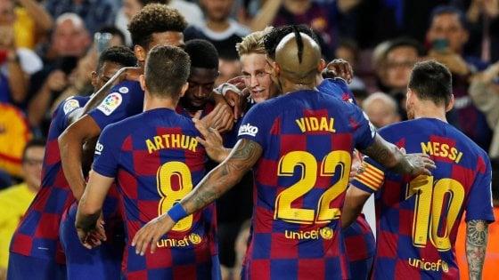 Spagna, il Barcellona lancia l'inseguimento al Real Madrid: 4-0 al Siviglia