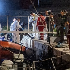 Migranti, naufragio nella notte a Lampedusa: 13 donne morte, un'altra è in coma. Tra i dispersi 8 bambini