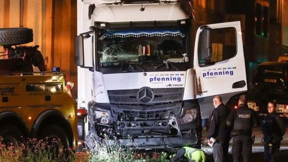 Germania, camion rubato finisce su 8 auto davanti al tribunale. Non si esclude la pista terroristica