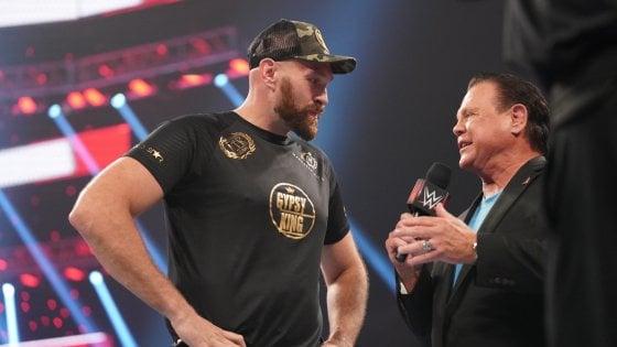 Wrestling, finta rissa tra Strowman e il pugile Tyson Fury: tutto quanto fa spettacolo