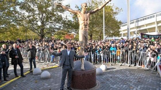 """Ibrahimovic inaugura la sua statua a Malmoe: """"Ragazzi, saltate la scuola e venite da me..."""""""