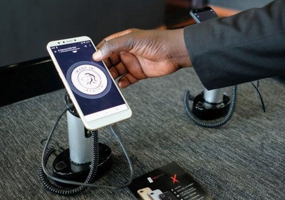 """Il Ruanda lancia il primo smartphone completamente """"made in Africa"""""""