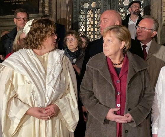 """Germania, tenta assalto a sinagoga ma resta chiuso fuori: killer uccide due passanti e filma tutto: """"Ebrei radice di tutti i problemi"""""""