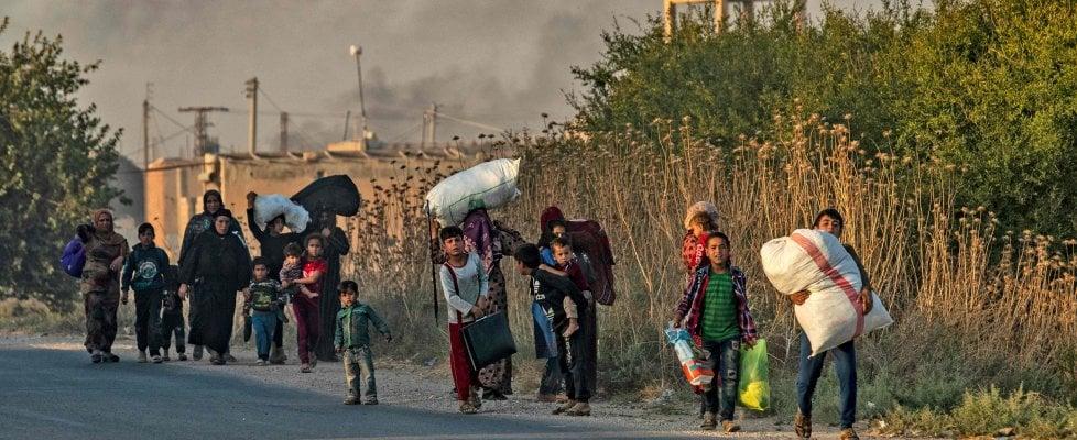 """Siria, la Turchia passa il confine e lancia l'attacco ai curdi. Raid aerei, l'Ypg: """"Uccisi dei civili"""""""