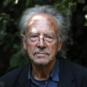 Tutti contro il Nobel a Peter Handke - la Repubblica