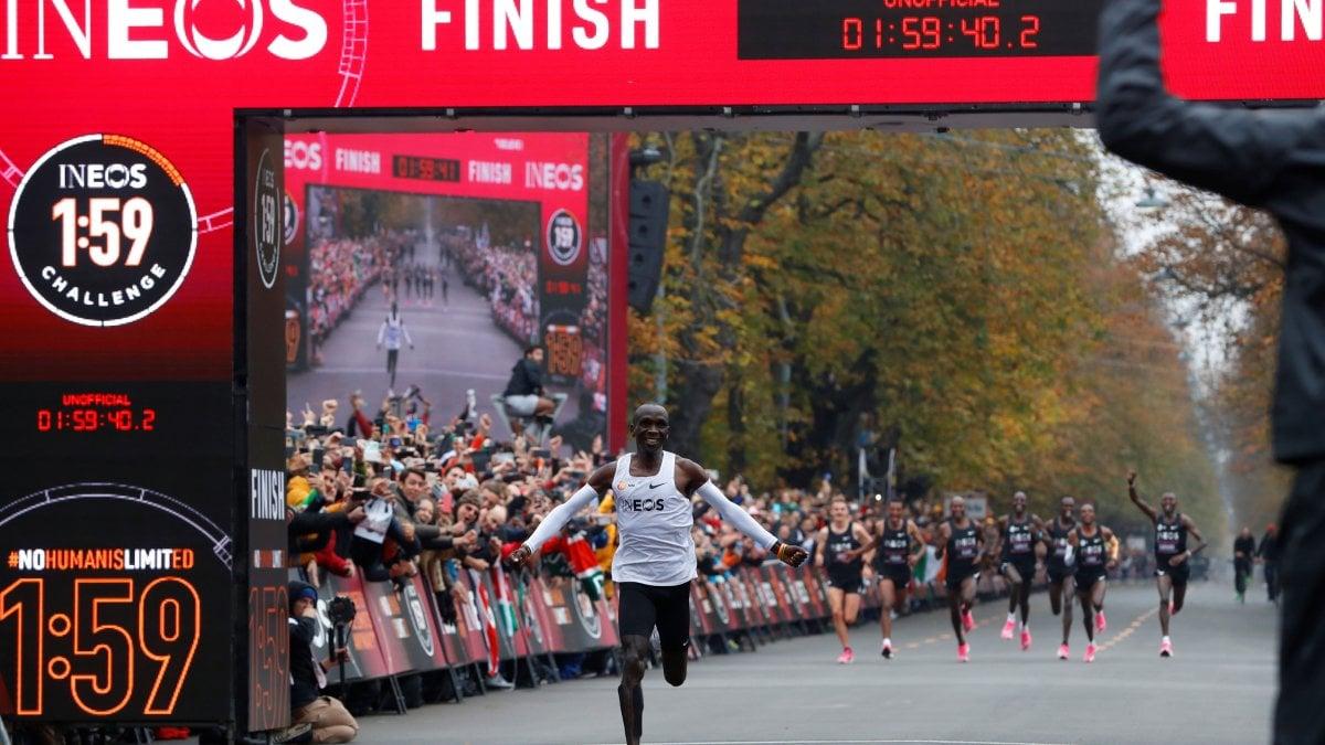Maratona, il keniano Kipchoge infrange il muro delle due ore