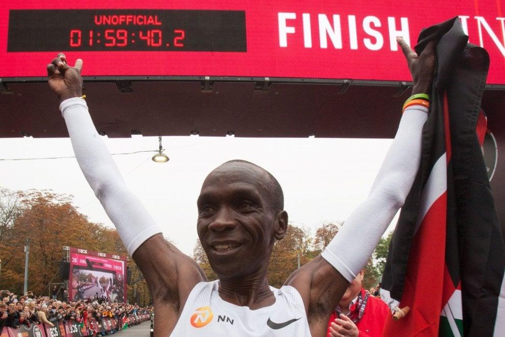 Atletica, impresa a Vienna del keniano Kipchoge: è il primo a correre la maratona sotto le due ore